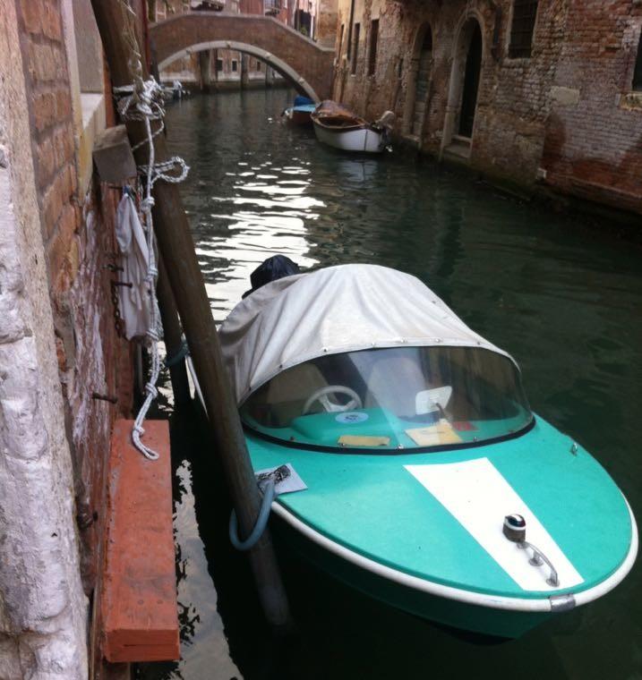 Nella laguna di Venezia serve maestria nella conduzione di barche a motore