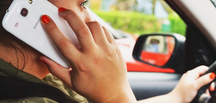 Autojuht naine telefoniga