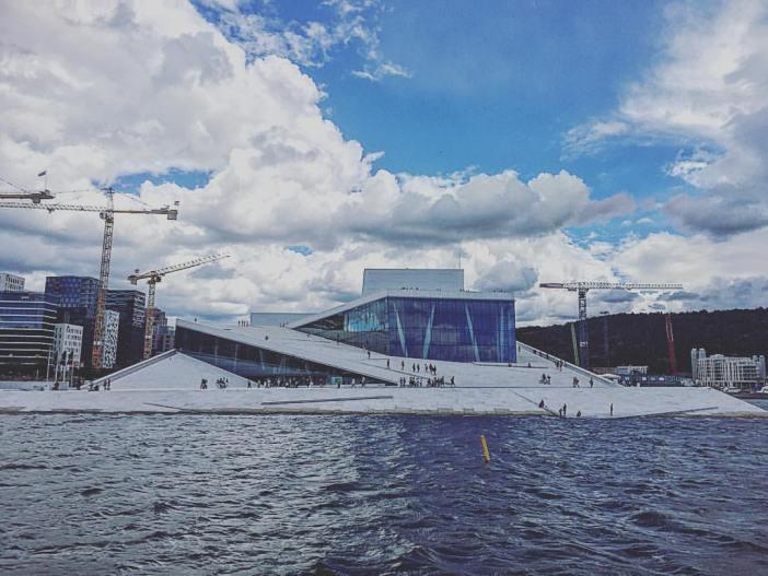 Enne DFDS terminali jõudmist avaneb suurepärane vaade kuulsale Oslo ooperimajale. Jalustrabav arhitektuur!