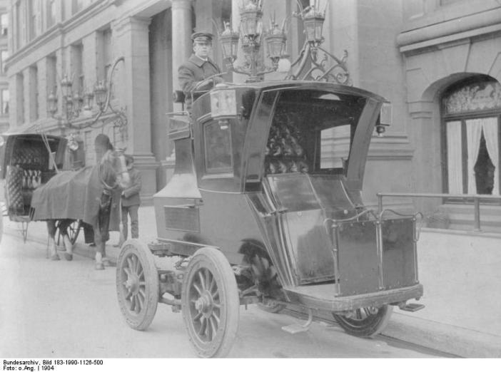 Elektritroska aastast 1904, Saksamaa. Juht istub liikuri peal. Kliki pildile, et jõuda Wikipedia lehele