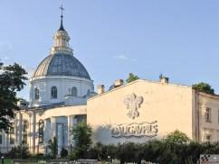 Püha Peetri rooma katoliku kirik jalakäijate tänava kõrval