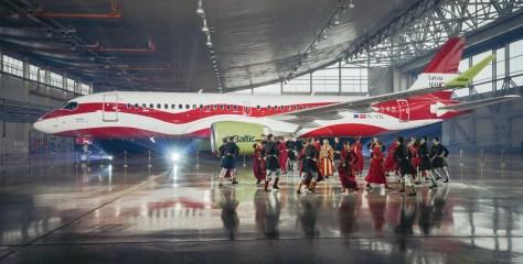 Vaata, kuidas airBalticu Airbus A220-300 Läti 100. juubeli puhul lipuvärvides kleidi sai!