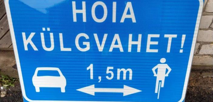 """Maanteeamet katsetab kuues kohas uut """"Hoia külgvahet"""" liiklusmärki"""