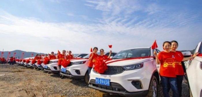 Hiina tehas kinkis töötajatele autod