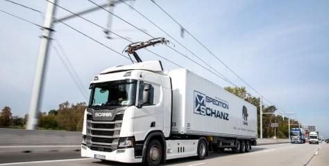 UK katsetab elektriveokeid, mis saavad voolu tee kohalt nagu trollid