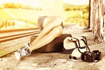 Mujer esperando en la carretera