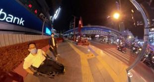 ภาพ พี่ซาบะกับน้องฝึกงานกำลังนั่งอยู่แยกอโศก มุมหน้าตึก Interchange