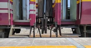 ภาพ ชานชาลาระดับต่ำ เทียบกับตัวรถไฟ บันไดที่สูง