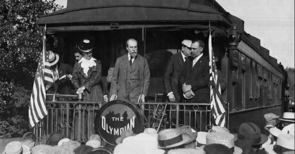 Charles_E_Hughes_campaigning_in_Winona_MN_1916