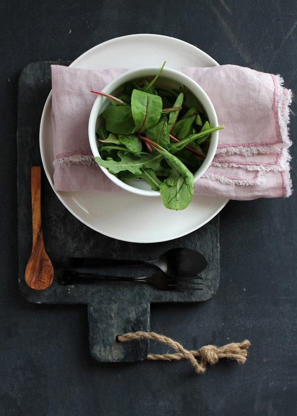 Food fotografie workshop, flatlay met keramiek, fris groen en textiel - via Accessorize your Home