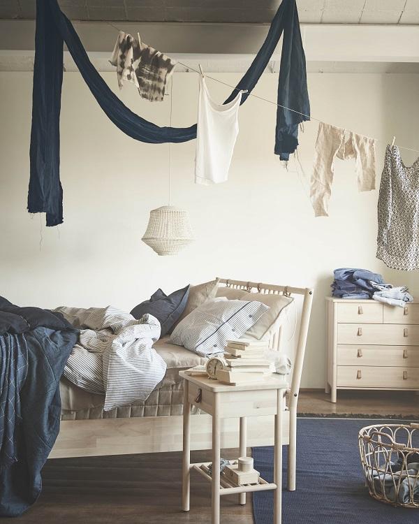 Simpel en Scandinavisch, lichthouten slaapkamermeubelen van IKEA - via Accessorize your Home