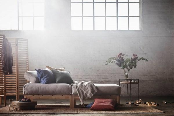 Modulaire bank van hout en losse kussens van IKEA - via Accessorize your Home