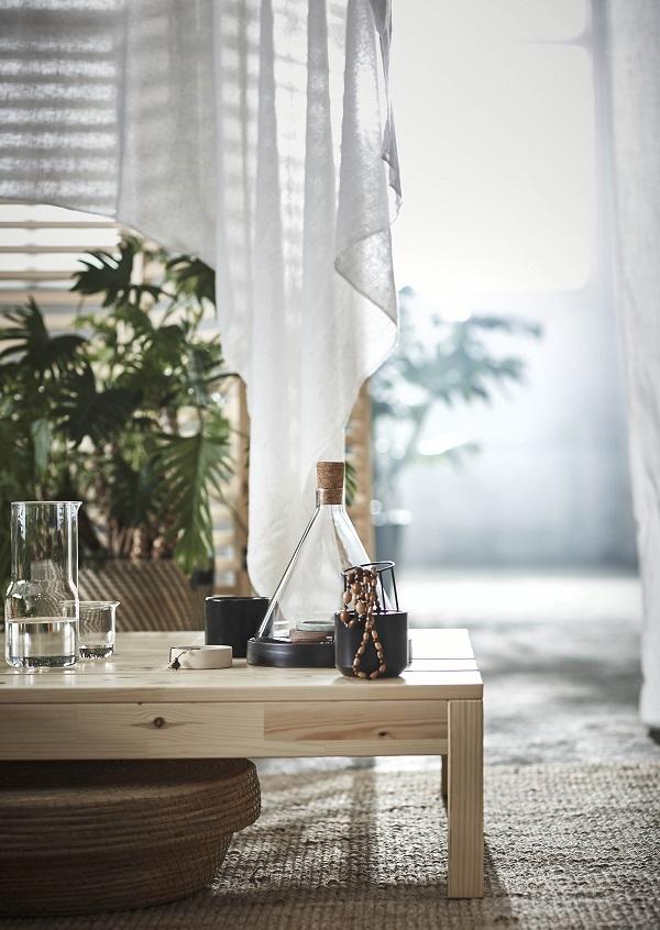 HJARTELIG tafel van licht hout en veel groene planten - via Accessorize your Home