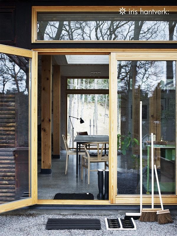 Openslaande deuren naar tuin met handgemaakte bezems - via Accessorize your Home