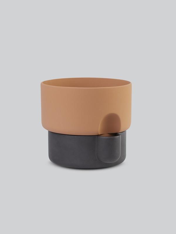 Terracotta bloempot met een onderzijde voorzien van donkerbruin glazuur - via Accessorize your Home