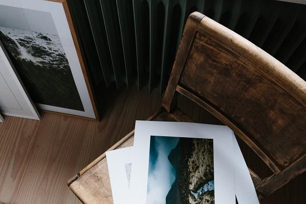 Vintage houten stoel met verzameling fotokunst van het Zweedse Kolla - via Accessorize your Home