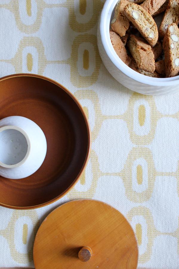 Plaid Doris van Klippan in okergeel met vintage keramiek en Italiaanse koekjes - via Accessorize your Home