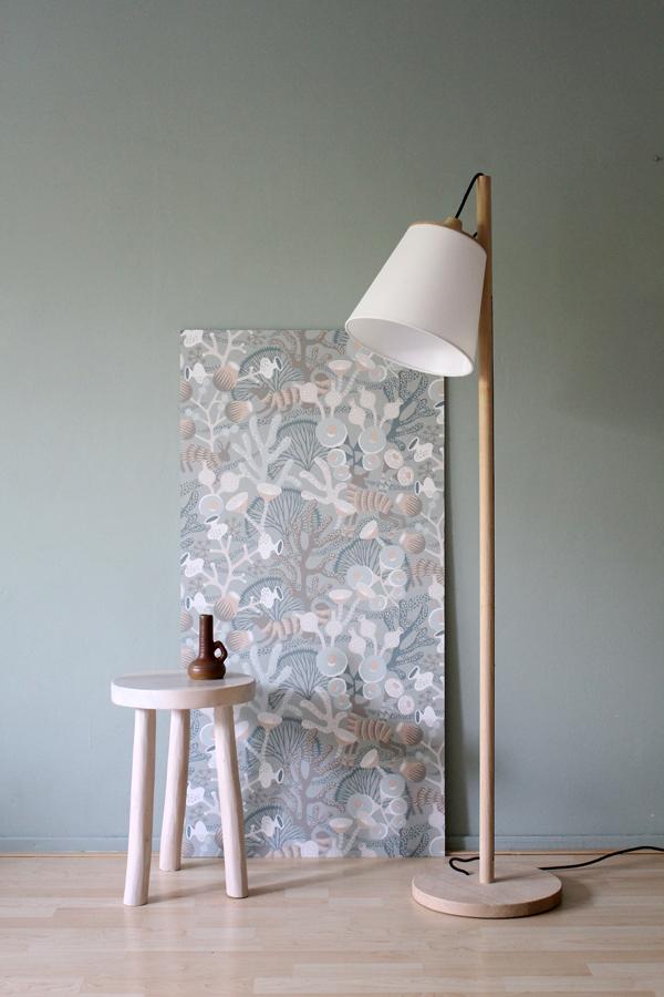 Muuto Pull vloerlamp tegen grijsgroene muur en baan behang van Borastapeter - via Accessorize your Home