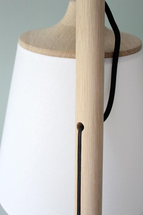 Close up houten standaard met zwart stoffen snoer van Muuto Pull vloerlamp via Flinders - via Accessorize your Home