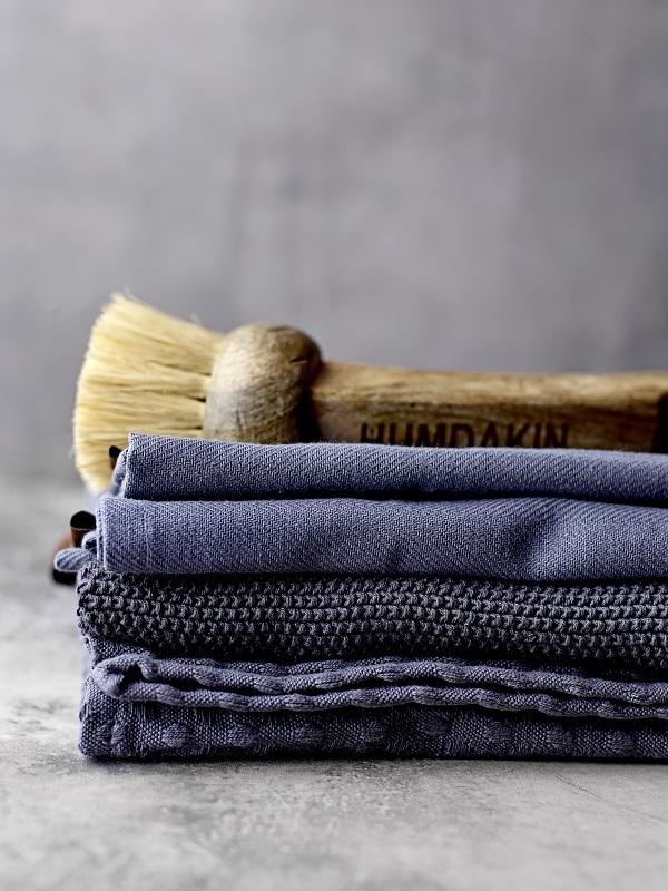 Stapel theedoeken van eco katoen in verschillende tinten blauw en houten afwasborstel - via Accessorize your Home
