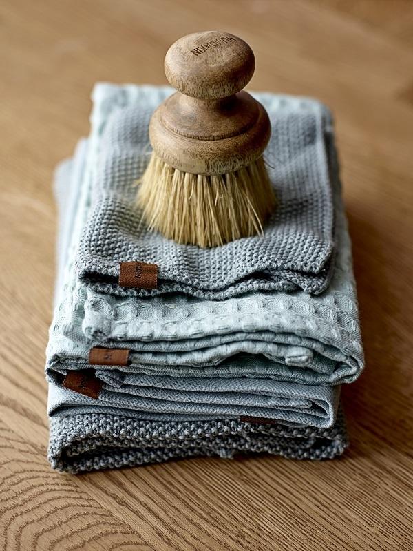 Thee- en handdoeken van eco katoen met houten borstel van Humdakin - via Accessorize your Home