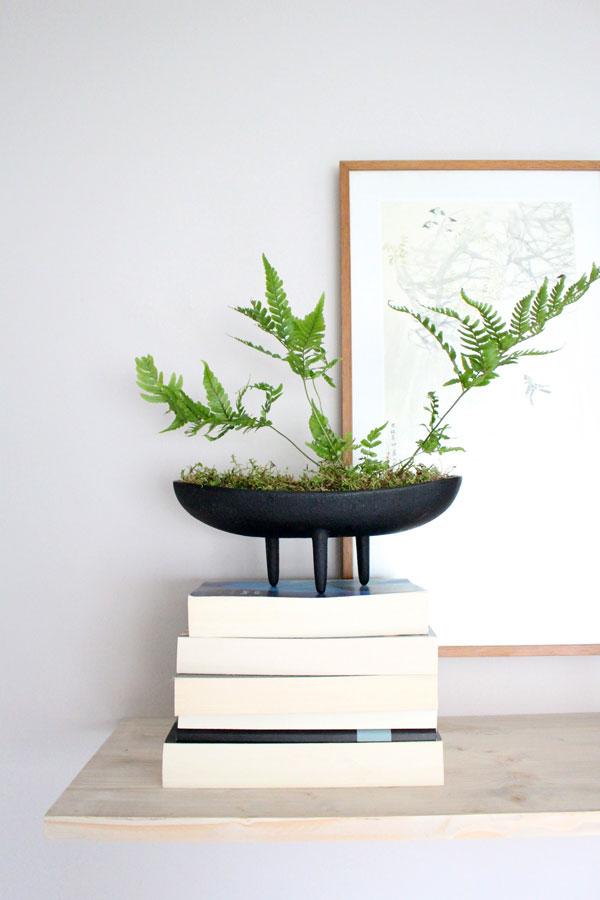 DIY zwevende wandplank met vintage ijzeren bloempot met varen en stapel boeken -via Accessorize your Home