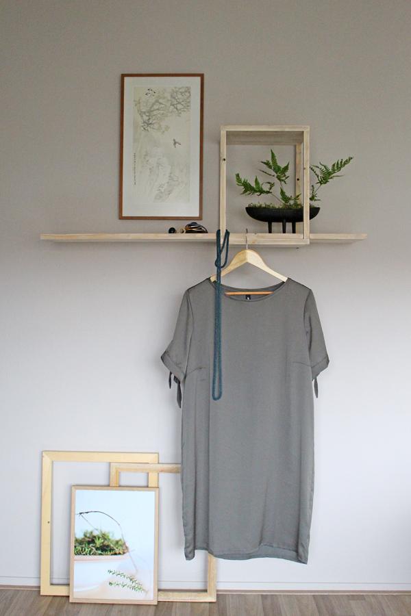 DIY zwevende wand plank gestyled met groene jurk en houten fotolijsten - via Accessorize your Home