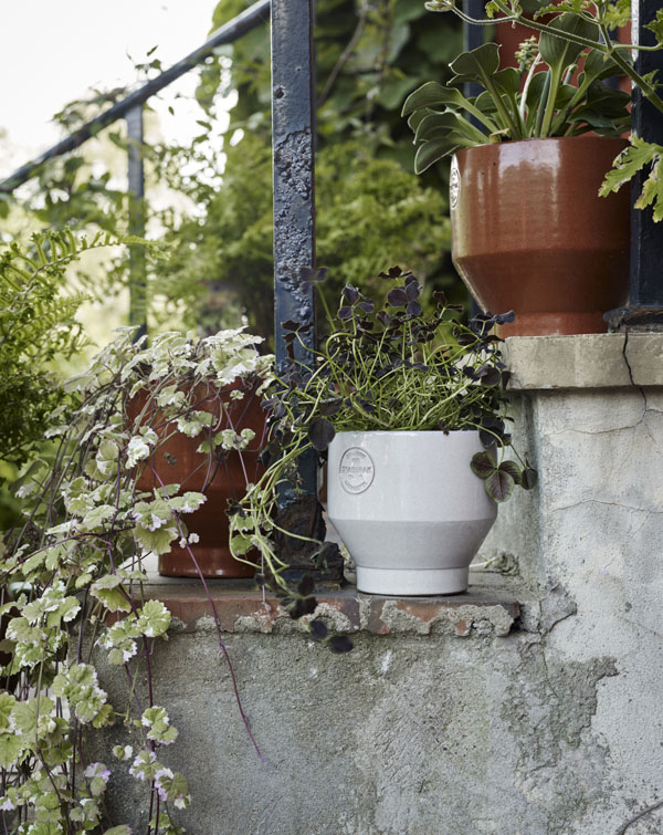 Edge bloempot in terra cotta en lichtgrijs ontworpen door Stilleben - via Accessorize your Home