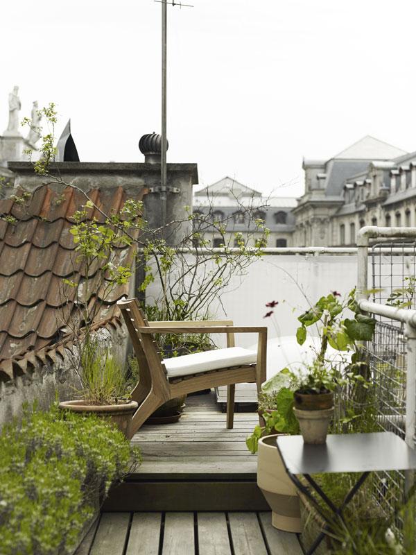 Groen dakterras met houten loungestoel van Skagerak - via Accessorize your Home