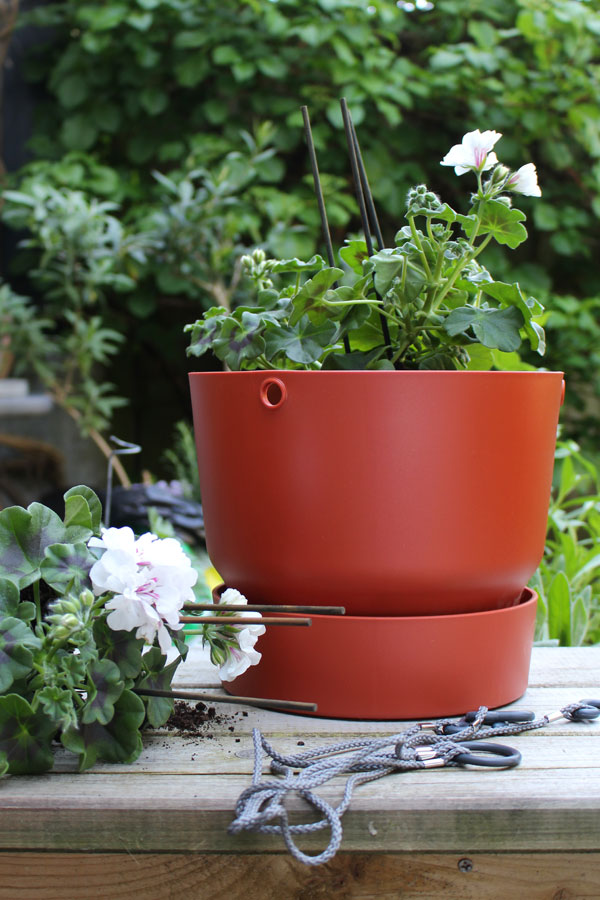 Elho Greenville hangpot in brique met witte hanggeraniums - via Accessorize your Home