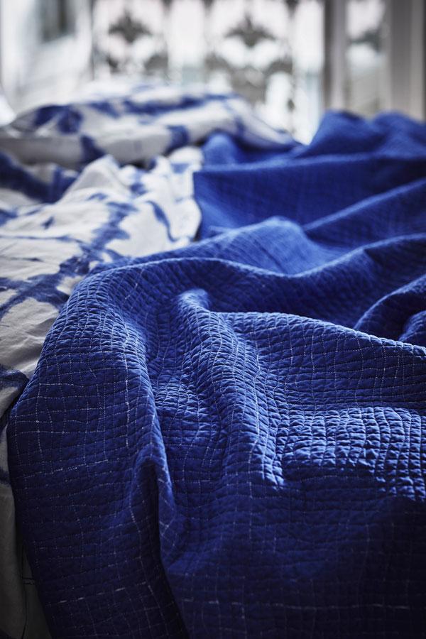 Doorgestikte kantoenen bedsprei in indigoblauw van IKEA - via Accessorize your Home