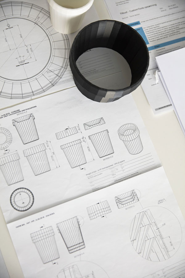 Werktafel met tekening van het prototype van de Shade Bin ontworpen door Thomas Bentzen - via Accessorize your Home