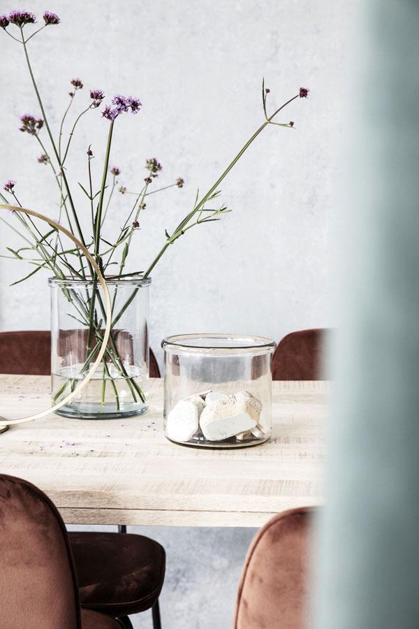 Glazen pot met bloeiende verbena op houten tafel - via Accessorize your Home