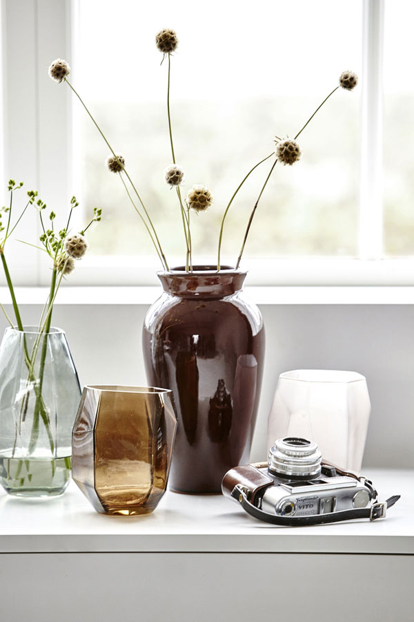 Mix van vazen van helder glas en bruin keramiek met vintage camera - via Accessorize your Home