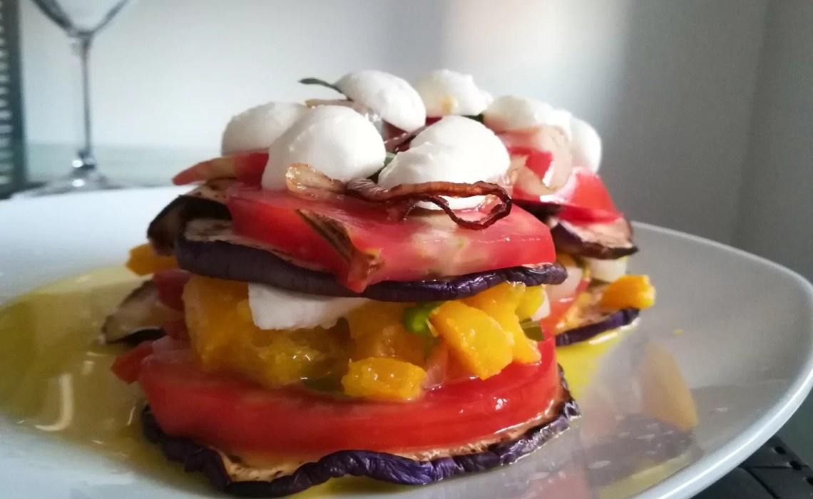 torretta di verdure con melanzane peperoni pomodoro mozzarella e cipolla