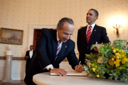 Mexican president signs Obama's guest book.