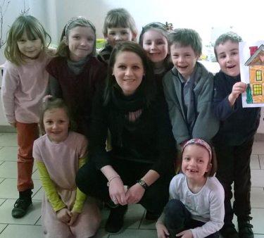 Coralie Bernard avec les enfants de l'ACE