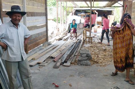 Suud (kiri) dan istrinya Salamah (kanan) sedang beristirahat di rumah kayu yang baru selesai mereka bangun  kembali di Gampong Blang Mancung, Kecamatan Ketol, Aceh Tengah, Rabu (24 Juli 2013). [NURDIN HASAN/ACEHKITA.COM]