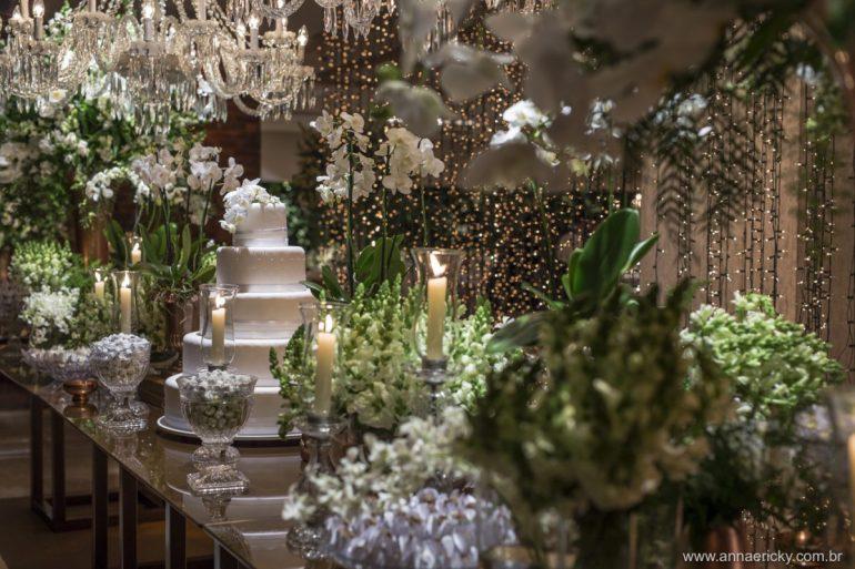 Decoração de casamento branca com velas e fairy lights