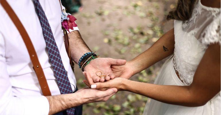 Noivos com Alianças