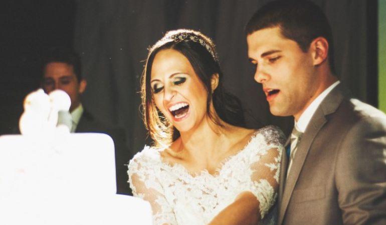 Noivos cortando bolo de casamento