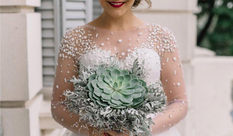 Vestido de noiva com transparência e bordado