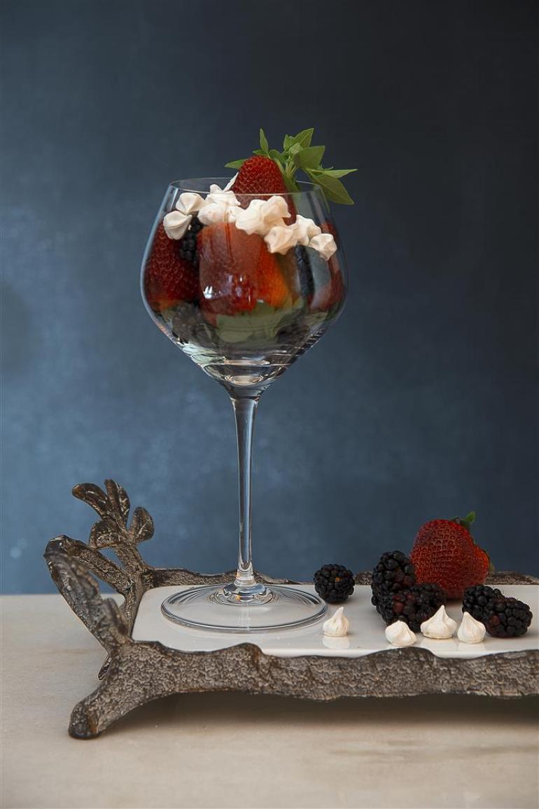 Taça de frutas vermelhas e petit suspiros