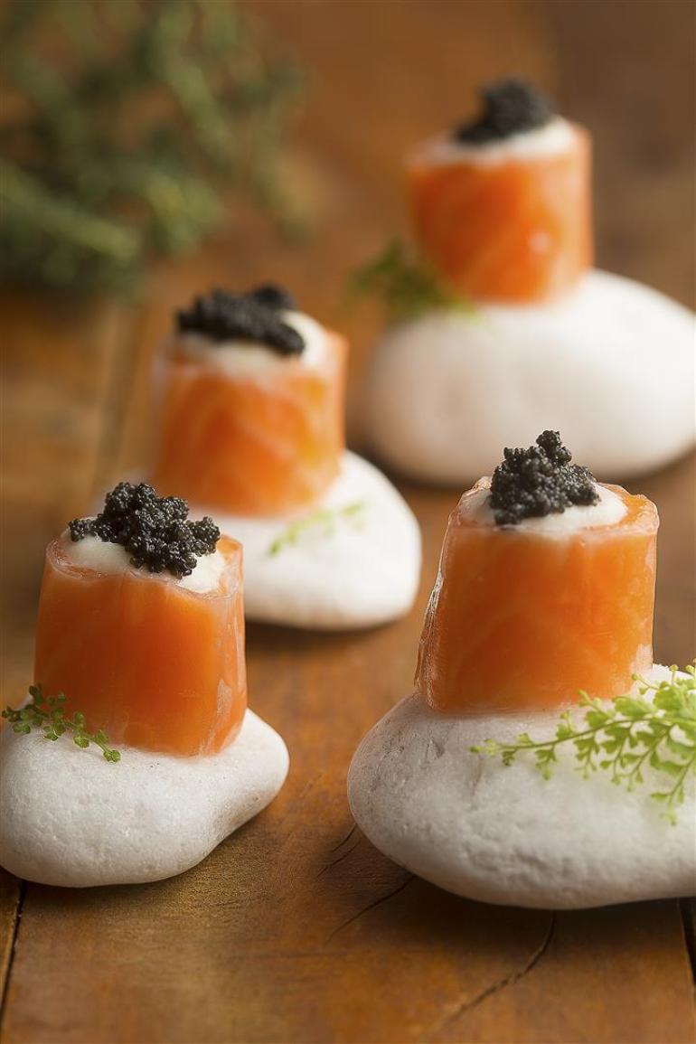 Tataki de salmão com panna cotta de couveflor e ovas negras