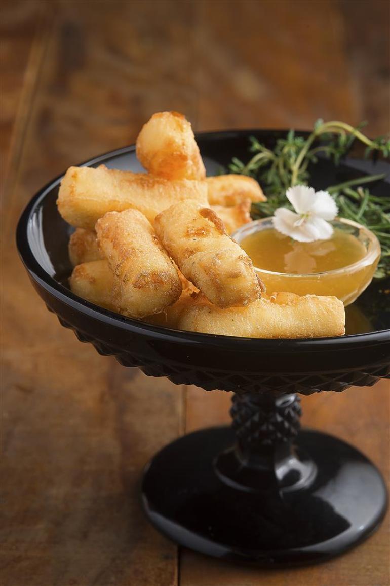 Tempurá de queijo Canastra e dip de cambuci e mel