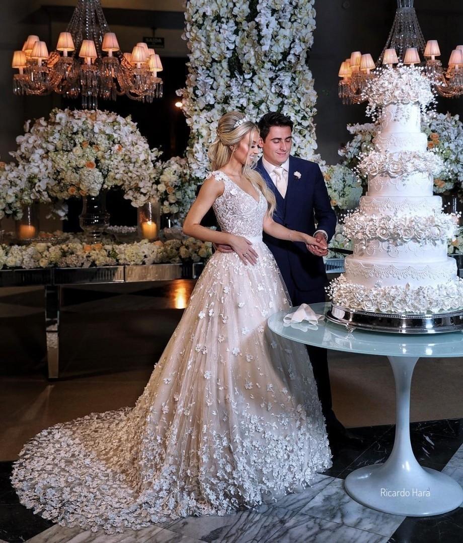 Bolo de casamento clássico com flores de açúcar