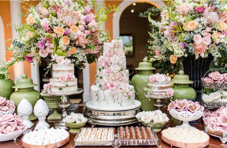 Bolo de casamento com flores de açúcar com decoração em rosa e champagne