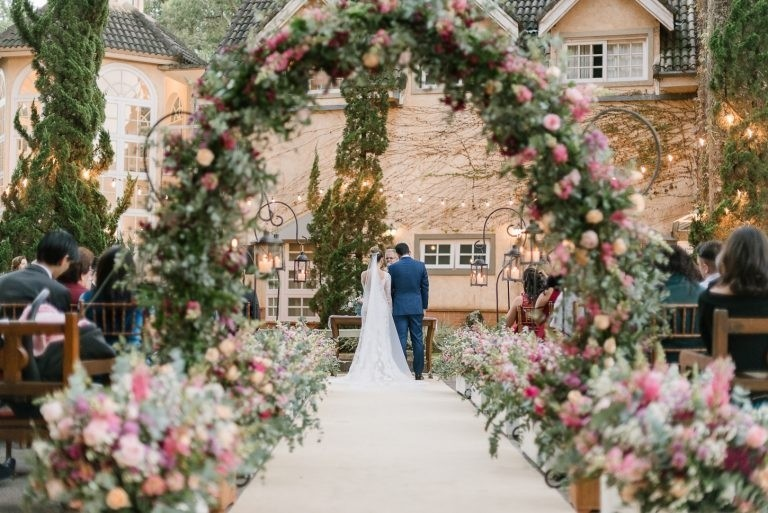 Arco de flores na decoração   Alê Marques