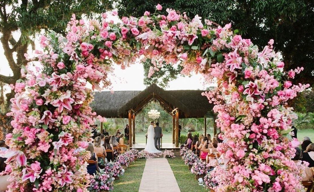 Arco de flores na decoração   Foto: Munize Maia