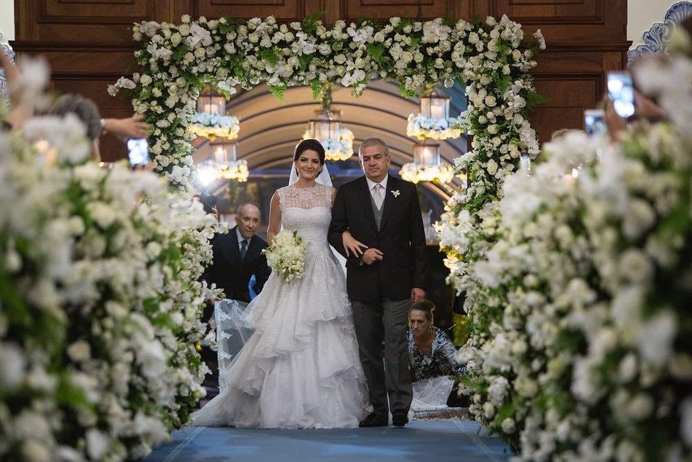 Arco de flores na decoração   Foto: Ana Quast e Ricky Arruda